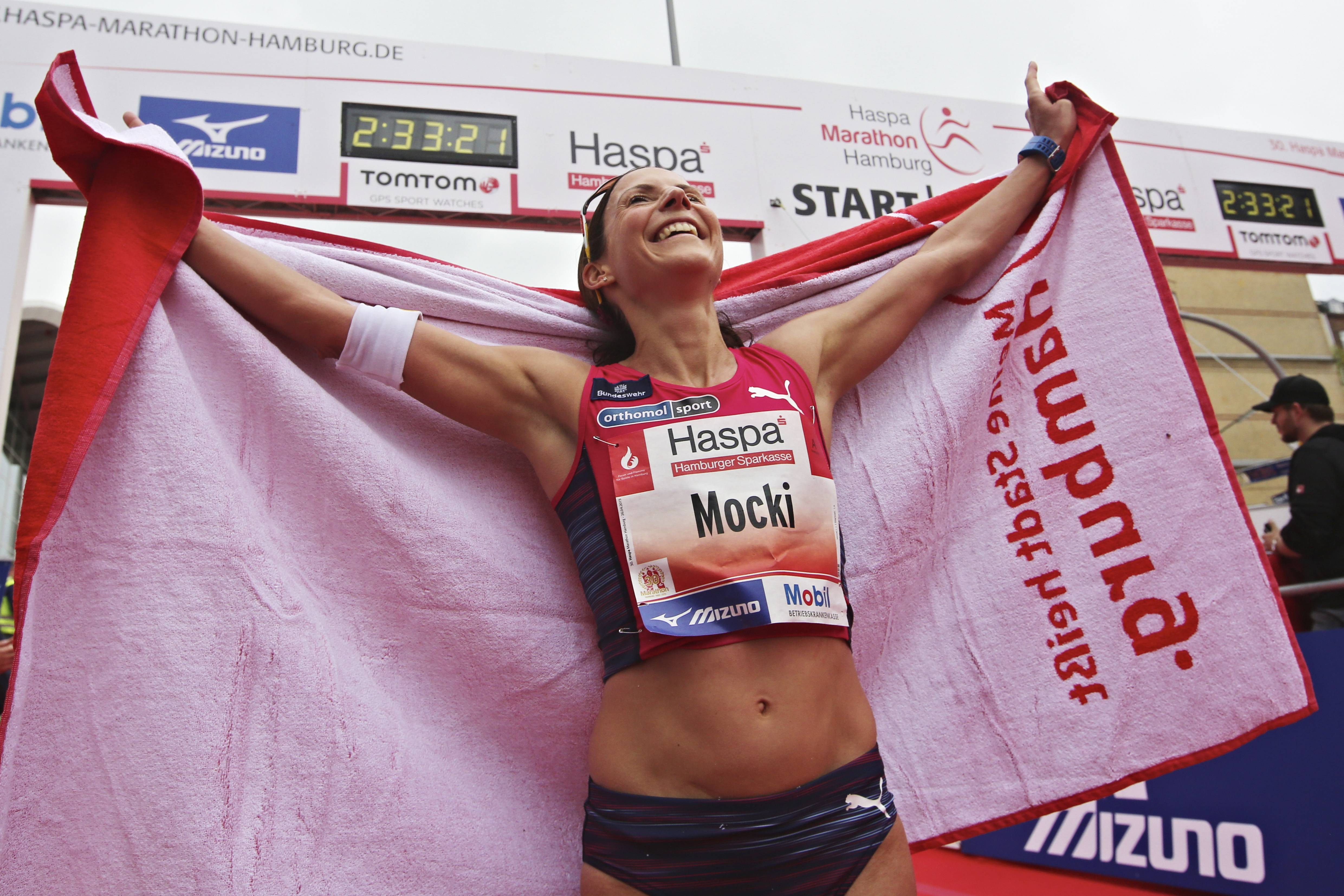 MARATHON: Haspa Marathon Hamburg 2015, Elite, Ziel, Sieger, Sabrina Mockenhaupt *** Local Caption *** copyright: HOCH ZWEI/Malte Christians